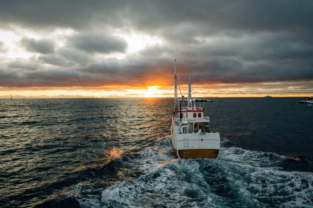 Fisketur på Vestfjorden ut fra Ballstad i solnedgang